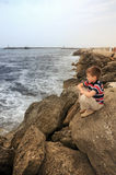 Jugendlookeing weit entfernt auf Küste des Meeres 2 Stockfoto