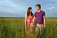 Jugendpaare auf dem Gebiet Stockfotos