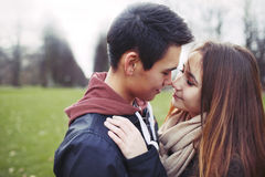 Jugendpaare, die einen romantischen Moment teilen Lizenzfreie Stockfotografie