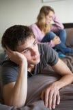 Jugendpaare im Schlafzimmer nach Argument Stockbilder