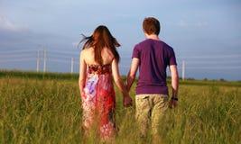 Jugendpaarholdinghände Lizenzfreie Stockfotografie