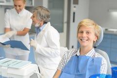 Jugendpatient der zahnmedizinischen Überprüfung und Zahnarztkrankenschwester Lizenzfreies Stockbild