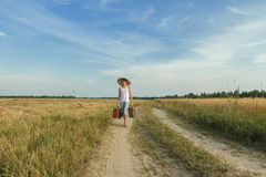 Jugendreisender im Gange auf Landstraße Lizenzfreies Stockfoto