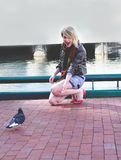 Jugendschatzblondine, die Freunde bildet Stockfotografie