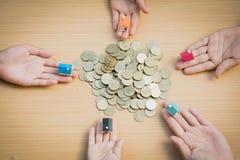 Jugendshowhand, die ein Musterhaus und eine Münze und das hölzerne BAC hält lizenzfreie stockfotografie