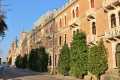 Jugendstilbyggnad på Lido dör Venezia italy arkivbild