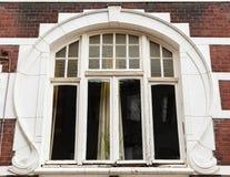 Jugendstilfönster på ett stadshus i Roermond, Nederländerna royaltyfria bilder