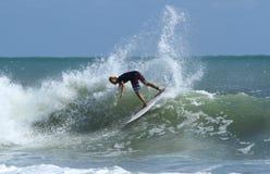 Jugendsurfer bei Bali Stockfotos