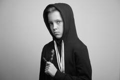 Jugendunartiger junge mit Katapult und stilvollem Haarschnitt, Atelieraufnahme lizenzfreies stockbild