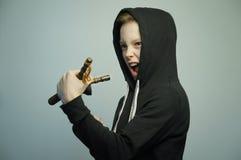 Jugendunartiger junge mit Katapult und stilvollem Haarschnitt, Atelieraufnahme lizenzfreie stockfotografie