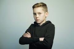 Jugendunartiger junge mit stilvollem Haarschnitt, Atelieraufnahme lizenzfreies stockfoto