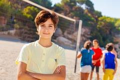 Jugendvolleyballspieler, der auf dem Strand stillsteht lizenzfreies stockfoto