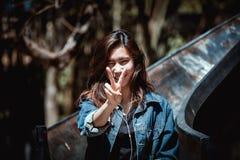 Jugendzwei Finger der glücklichen asiatischen Jugend und hörende Musik Stockfotografie