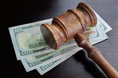 Juges Gavel et argent liquide du dollar sur le Tableau noir Image stock