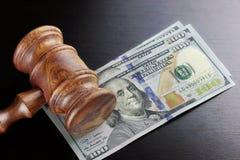 Juges Gavel et argent liquide du dollar sur le Tableau noir Photographie stock