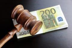 Juges Gavel et euro argent liquide sur le Tableau noir Images libres de droits