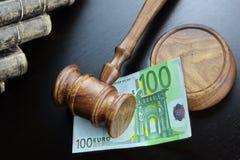 Juges Gavel et euro argent liquide sur le Tableau noir Photographie stock