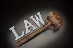 Juges Gavel et loi de signe sur le fond en bois, vue supérieure Photos libres de droits