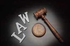 Juges Gavel et loi de signe sur le fond en bois, vue supérieure Image libre de droits