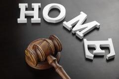 Juges Gavel et maison blanche de signe sur le fond en bois noir Images libres de droits