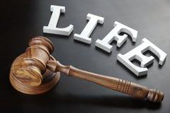 Juges Gavel et vie de signe sur le fond en bois noir Photographie stock libre de droits