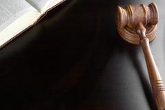 Juges Gavel et vieux livre sur le Tableau en bois noir Photographie stock