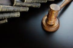 Juges Gavel et vieux livre sur le Tableau en bois noir Photo libre de droits