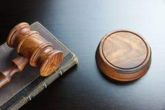 Juges Gavel et vieux livre sur le Tableau en bois noir Photos libres de droits