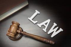 Juges Gavel, loi de signe et livre sur le fond en bois noir, Photos libres de droits