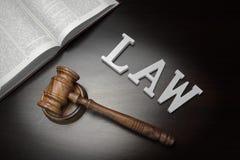 Juges Gavel, loi de signe et livre sur le fond en bois noir, Images libres de droits