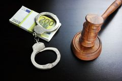 Juges Gavel, menottes et euro argent liquide sur le Tableau noir Images libres de droits