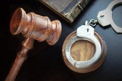 Juges Gavel, menottes et vieux livre sur le Tableau noir Images stock