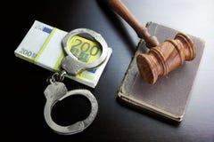 Juges Gavel, menottes, euro argent liquide et livre sur le Tableau noir Photographie stock libre de droits