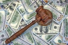 Juges ou commissaire-priseur Gavel sur le fond d'argent liquide du dollar Photo libre de droits