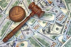 Juges ou commissaire-priseur Gavel sur le fond d'argent liquide du dollar Images libres de droits