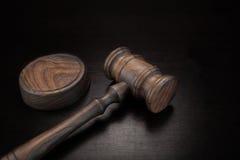 Juges ou commissaire-priseur Gavel sur le fond grunge en bois noir Image stock