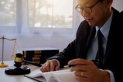 Jugez le marteau avec des avocats de justice ayant la réunion d'équipe au cabinet d'avocats Photographie stock
