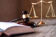 Jugez le marteau avec des avocats de justice, documents d'objet travaillant à merci image stock