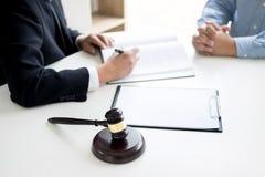 Jugez le marteau avec le conseil d'avocats juridique au cabinet d'avocats à l'arrière-plan photos stock