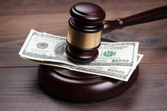 Jugez le marteau et l'argent sur la table en bois brune Images libres de droits