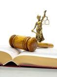 Jugez le marteau, le livre des lois et la statue de justice photographie stock