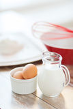 Jugful mleko, jajka w pucharze i mąka, fotografia royalty free