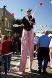 Juggler гуляет на ходулочников Стоковые Фото