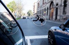 Juggler bij het verkeerslicht, Bologna, Italië stock foto's
