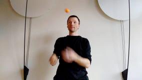 Juggler da aceleração Mostra engraçada com homem de mnanipulação video estoque