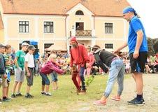 Juggler famoso Zdenek Vlcek de Checo com crianças Fotos de Stock Royalty Free