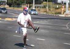 Juggler het jongleren met in verkeer in Zuid-Afrika stock foto's