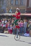 Juggler Rides um Unicycle na parada do Natal de Asheville Foto de Stock Royalty Free