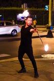 Juggler van de straat die met een brandende stok jongleren royalty-vrije stock afbeelding