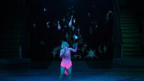 Juggler vrouw in het circus stock videobeelden
